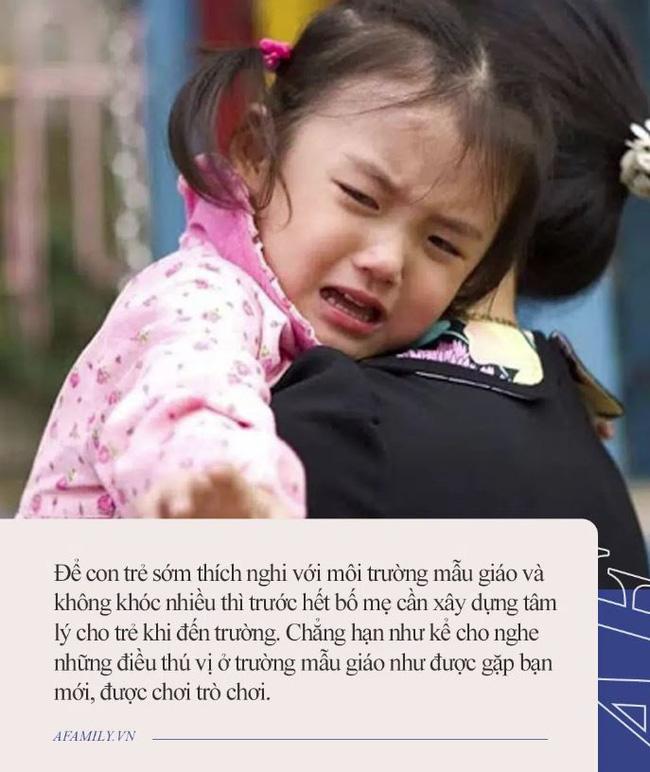 Từ hôm cháu gái đi học mẫu giáo, ngày nào ông nội cũng ngồi ở ban công cả chiều, con dâu lén ra xem thì cười chảy nước mắt - Ảnh 3.