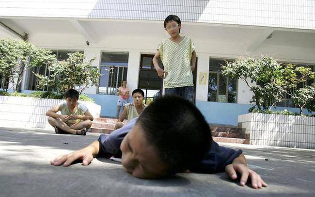 Con trai bị bắt nạt ở trường, bà mẹ dạy con hướng giải quyết không giống ai nhưng lại thu được kết quả cực ngọt ngào - Ảnh 1.