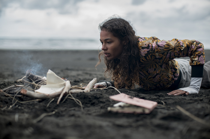 Phim teen phiên bản trộn gỏi Mean Girls + Lost tung tập 1 ám ảnh, thiếu nữ người Việt nhận cái kết bi thảm ở đảo hoang - Ảnh 3.