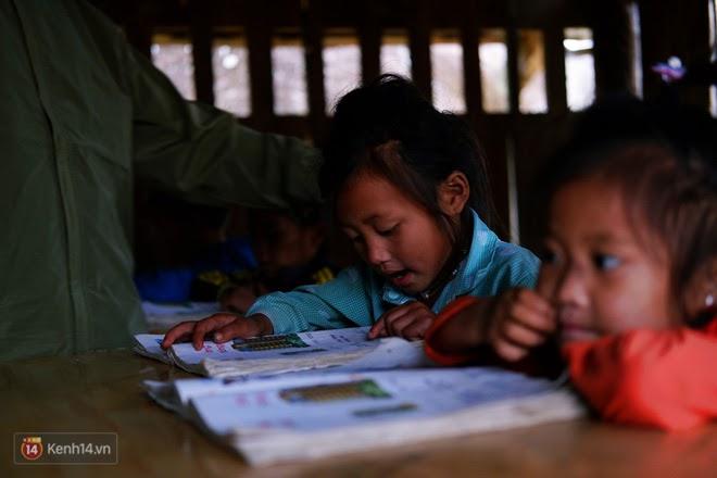 Xúc động hình ảnh trẻ em miền Trung nâng niu những trang sách nhàu nát tìm lại sau lũ - Ảnh 2.