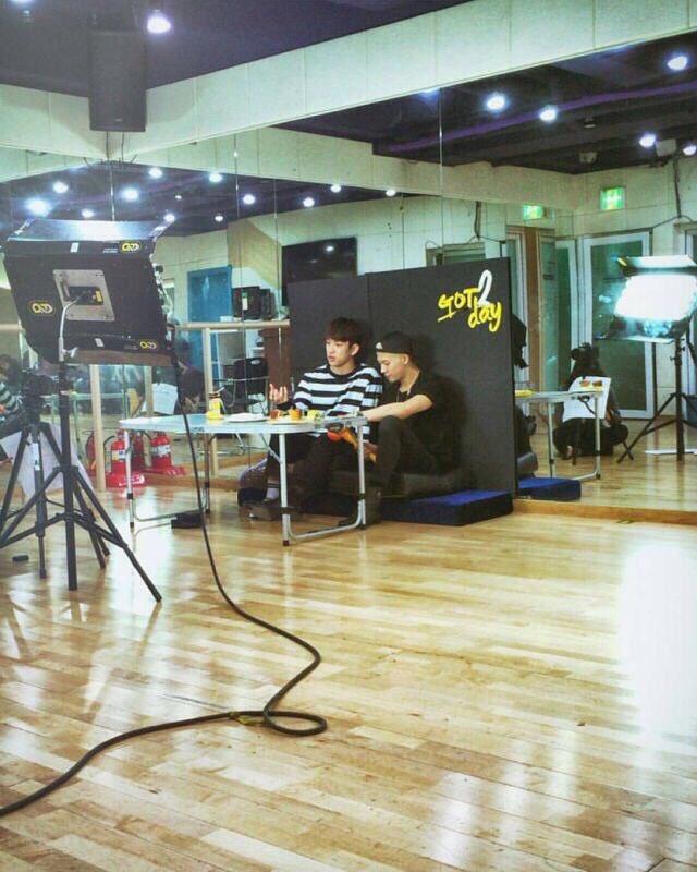 Vnet bàng hoàng trước hậu trường siêu giả trân của Inkigayo, tranh thủ cà khịa: Mấy nhóm đông dân chắc ngồi lên đầu nhau quá! - ảnh 12
