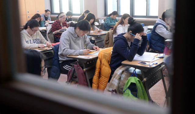 Hàng nghìn sĩ tử Hàn Quốc bước vào kỳ thi đại học căng thẳng - ảnh 2