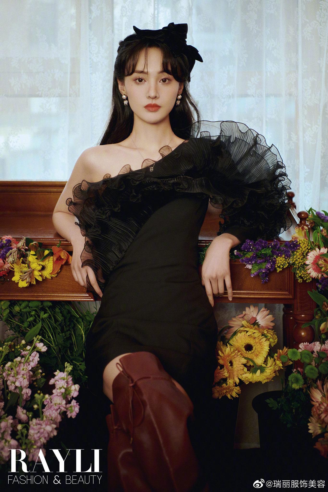 Váy đen không phải lúc nào cũng tôn dáng: Trịnh Sảng sang như bà hoàng, còn Lia (ITZY) thấy thương vì bị dìm dáng - Ảnh 4.
