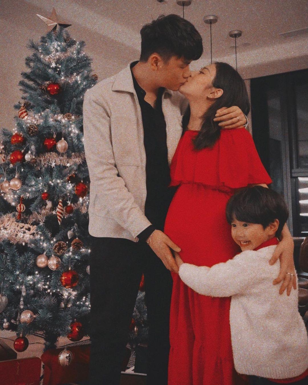 """Dàn sao Vbiz lên đồ tưng bừng đón Giáng Sinh: Vợ chồng BigDaddy và Emily tình tứ diện đồ đôi, thi """"phát cẩu lương"""" với ba mẹ bé Xoài - Ảnh 2."""