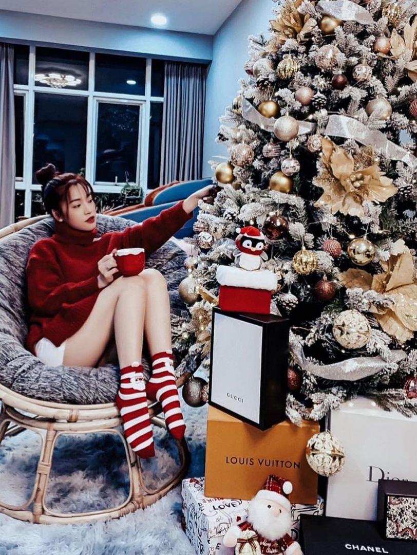 """Dàn sao Vbiz lên đồ tưng bừng đón Giáng Sinh: Vợ chồng BigDaddy và Emily tình tứ diện đồ đôi, thi """"phát cẩu lương"""" với ba mẹ bé Xoài - Ảnh 7."""