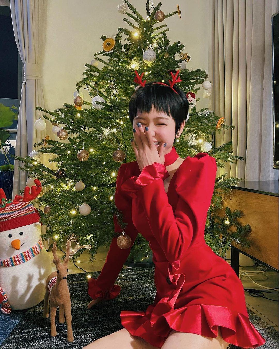 """Dàn sao Vbiz lên đồ tưng bừng đón Giáng Sinh: Vợ chồng BigDaddy và Emily tình tứ diện đồ đôi, thi """"phát cẩu lương"""" với ba mẹ bé Xoài - Ảnh 3."""