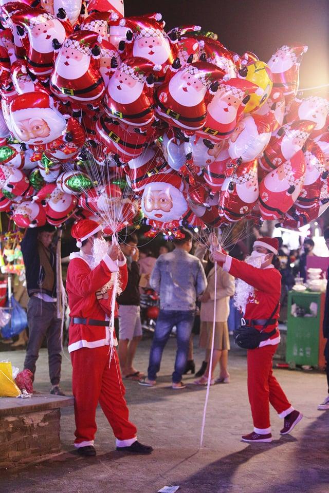 Trực tiếp: Đường phố nhộn nhịp, người dân cả nước đổ ra đường đón Giáng sinh - Ảnh 3.