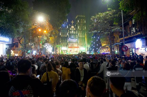 Toàn cảnh không khí Giáng Sinh cả nước ngay lúc này: Giao thông hỗn loạn tại các con phố quanh Hồ Gươm; phố Bùi Viện đông nghẹt người - Ảnh 1.