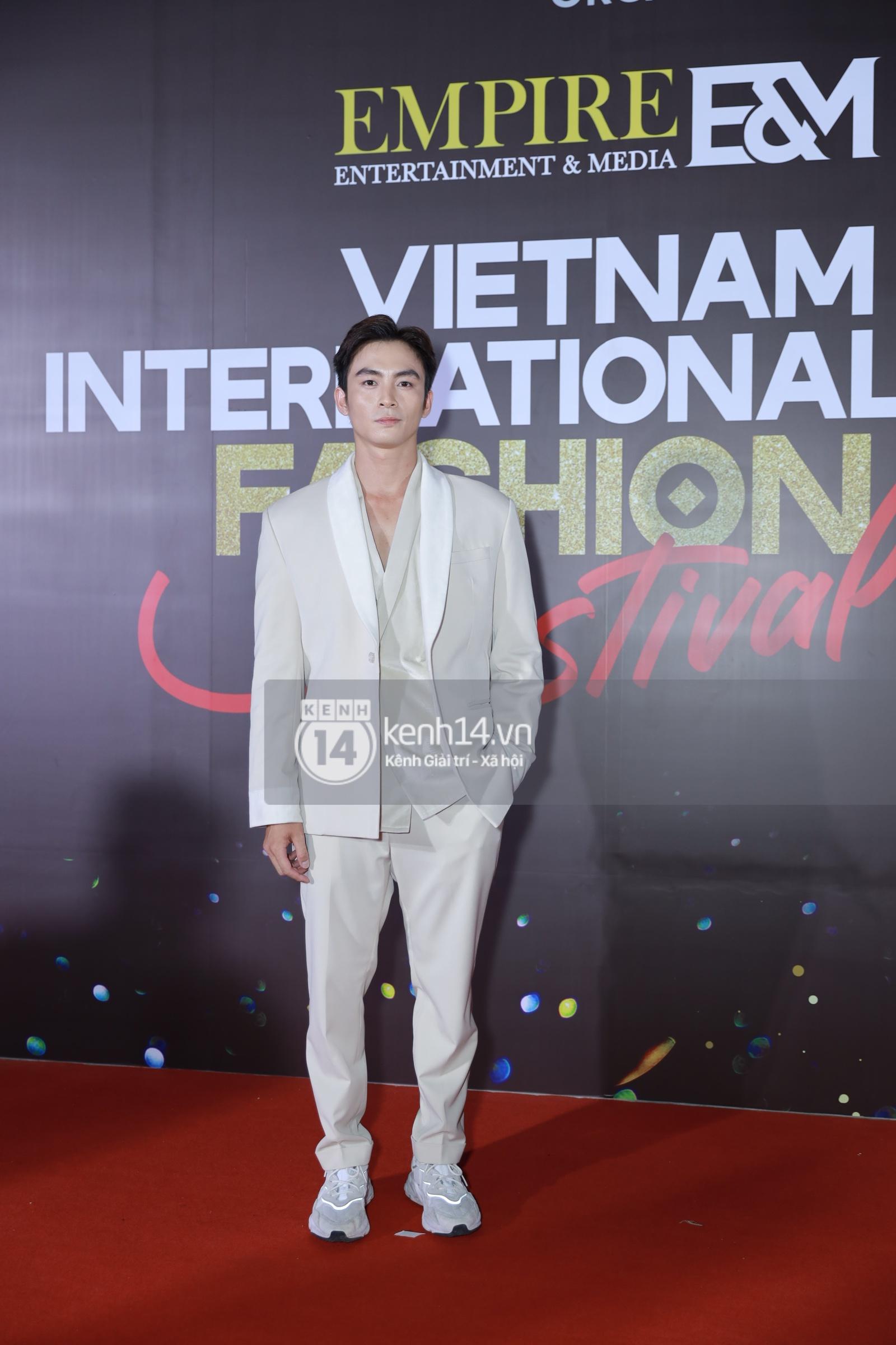 Thảm đỏ VIFF ngày 2: Lãnh Thanh - Trọng Hiếu Idol nổi bật, người mẫu Anh Thư gây thất vọng tràn trề vì set đồ sai sai - Ảnh 3.