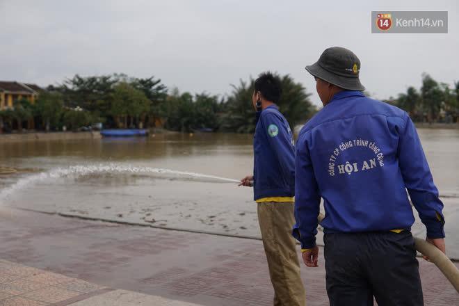 Chùm ảnh: Người dân Hội An vật vã dọn bùn non sau trận lụt thứ 8 trong năm - ảnh 20