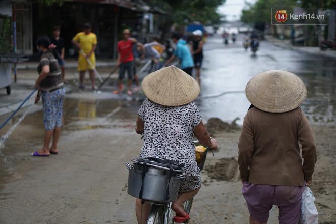 Chùm ảnh: Người dân Hội An vật vã dọn bùn non sau trận lụt thứ 8 trong năm - ảnh 1