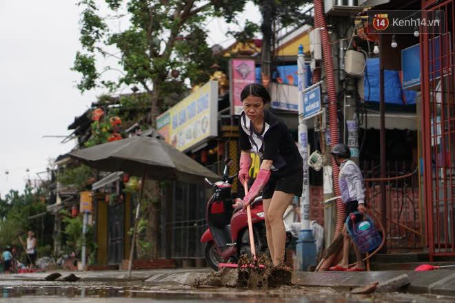 Chùm ảnh: Người dân Hội An vật vã dọn bùn non sau trận lụt thứ 8 trong năm - ảnh 9