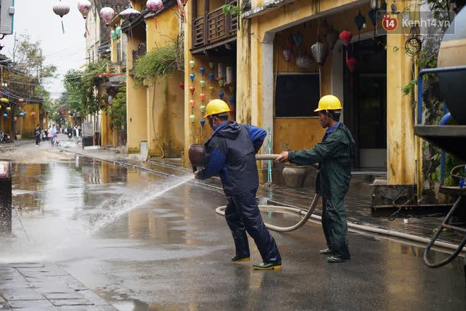 Chùm ảnh: Người dân Hội An vật vã dọn bùn non sau trận lụt thứ 8 trong năm - ảnh 16