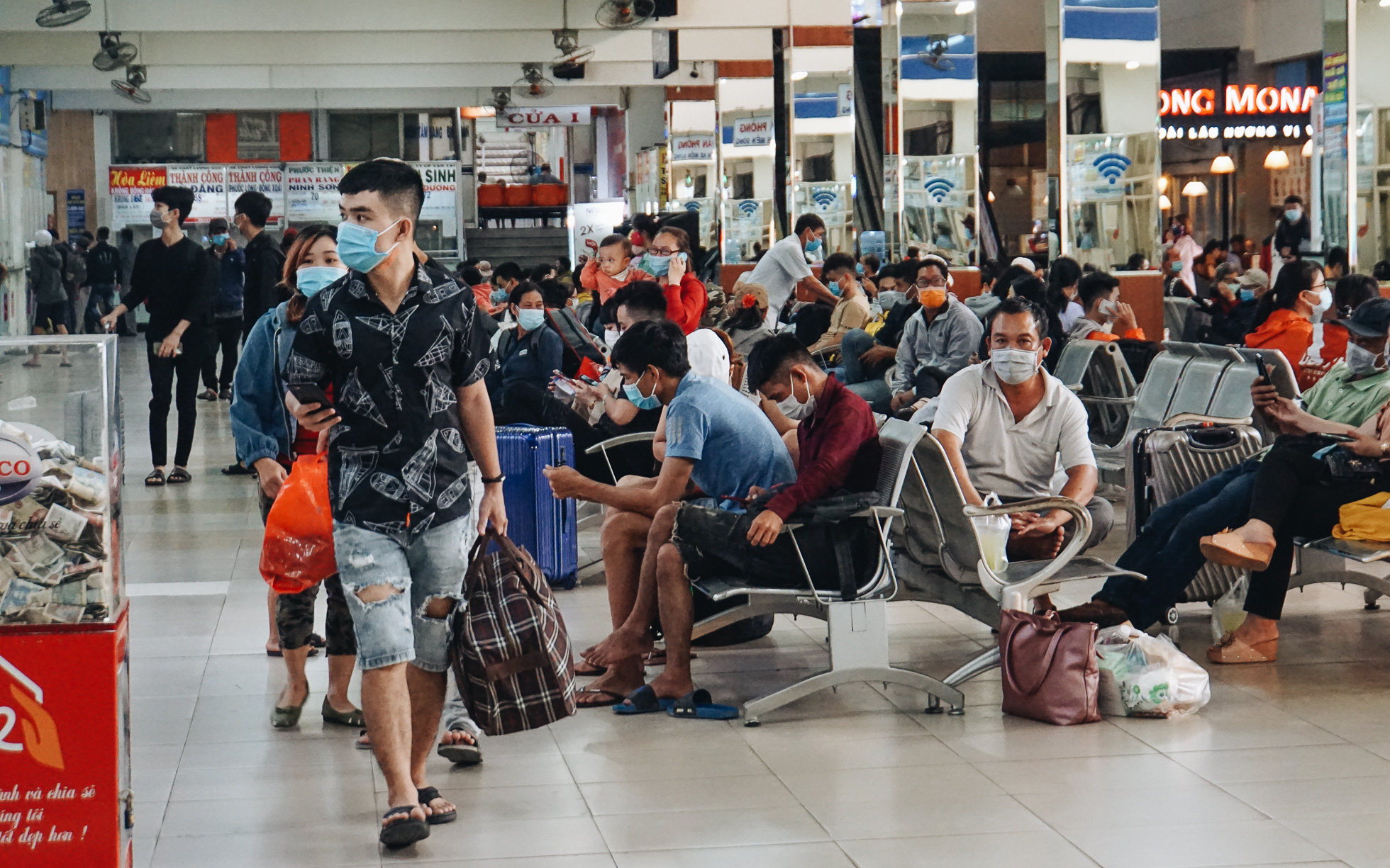 Nhiều sinh viên ở Sài Gòn tranh thủ về quê vì được nghỉ học, bến xe miền Đông tái kích hoạt phòng chống dịch Covid-19