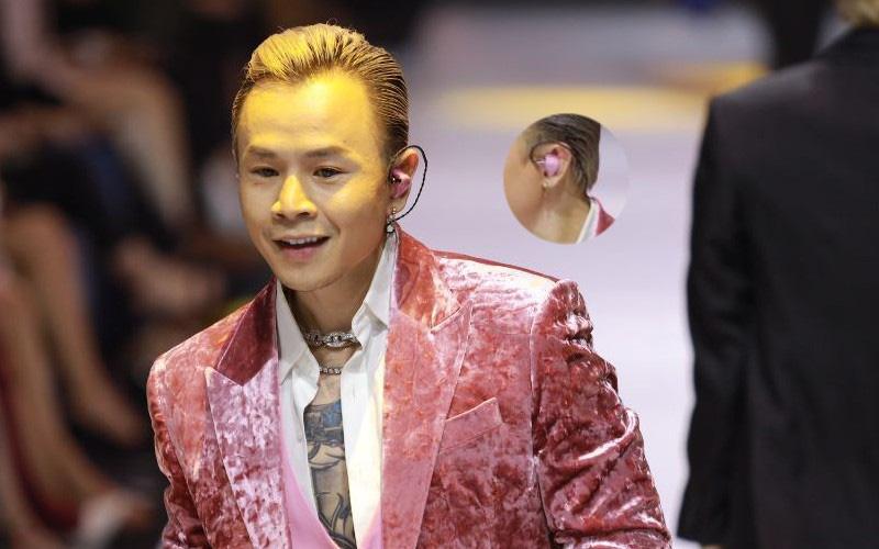 """Soi tai nghe màu hồng cực bắt mắt của Binz trên sàn diễn Fashion Week, hoá ra cũng là """"hàng thửa"""" giống Sơn Tùng M-TP"""