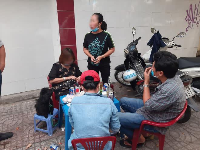 TP.HCM: Tụ tập nhậu ngoài vỉa hè không đeo khẩu trang, nhóm người bị xử phạt 6 triệu đồng - ảnh 5