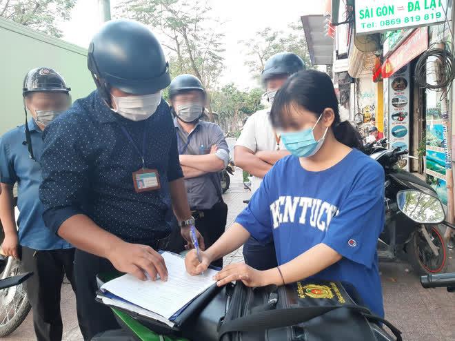 TP.HCM: Tụ tập nhậu ngoài vỉa hè không đeo khẩu trang, nhóm người bị xử phạt 6 triệu đồng - ảnh 4