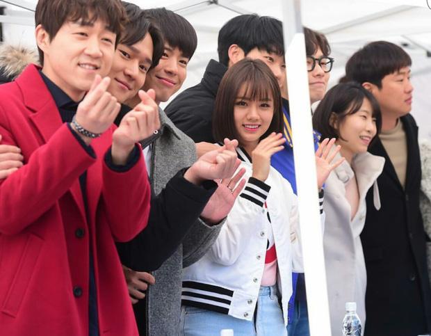 6 nữ idol hoa đã có chủ vẫn đầy bạn khác giới: Hyuna ôm cả bạn và bồ, Hyeri bị ném đá vì thân mật với Park Bo Gum bên bạn trai - Ảnh 5.