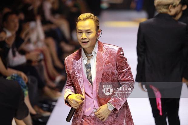 Clip: Binz bắn rap bên Soobin nhưng sao cứ mất tập trung, hoá ra mắt cứ dán chặt vào Châu Bùi tại hàng ghế khách mời Fashion Week - ảnh 1