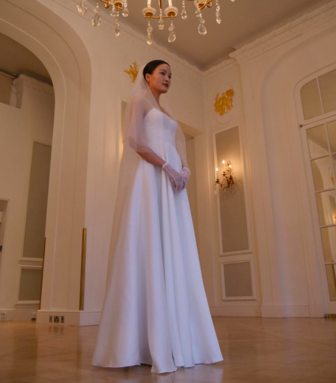 Á quân Next Top Chà Mi bất ngờ tung ảnh cưới tại Anh Quốc: Nàng mẫu diện váy cưới giản dị, đầy rạng rỡ bên bạn trai gốc Hoa - Ảnh 5.