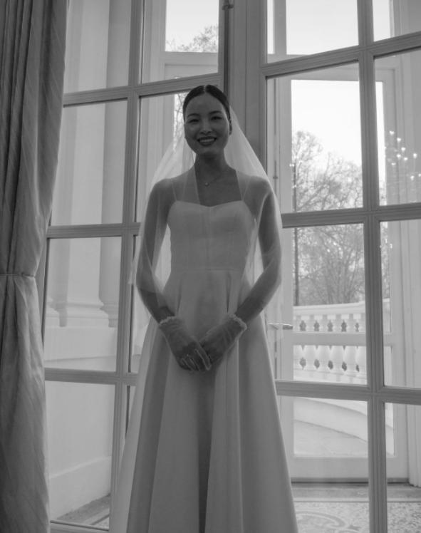 Á quân Next Top Chà Mi bất ngờ tung ảnh cưới tại Anh Quốc: Nàng mẫu diện váy cưới giản dị, đầy rạng rỡ bên bạn trai gốc Hoa - Ảnh 3.