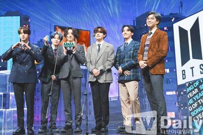 Netizen mãn nguyện vì BTS ẵm trọn Daesang tại MMA 2020, giải Tân binh lại gây phẫn nộ khi em trai BLACKPINK trắng tay dù thành tích khủng - ảnh 1