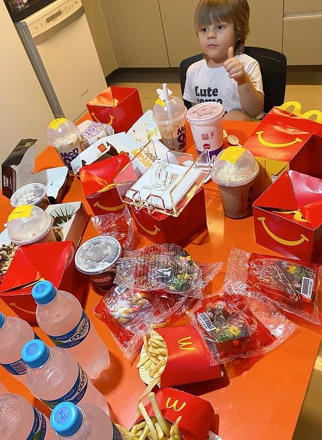 """Cậu bé 4 tuổi lén lấy điện thoại mẹ order 2 triệu tiền thức ăn nhanh, khi bị phát hiện liền có biểu cảm """"chất như nước cất"""" - Ảnh 1."""
