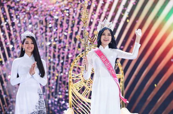 Thời khắc Đỗ Thị Hà đăng quang Hoa hậu, Tiểu Vy đã ghé sát tai đàn em để nói 1 một câu và đến giờ mới được hé lộ - ảnh 3