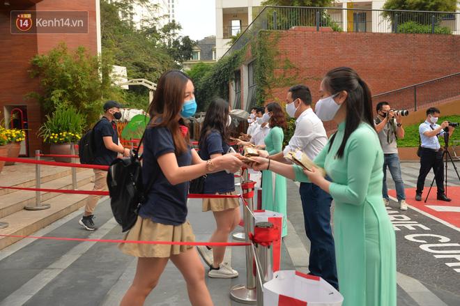 Sở GD&ĐT Hà Nội: Học sinh phải đeo khẩu trang từ nhà đến trường - ảnh 1
