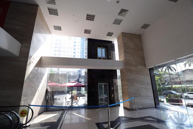 """Vụ người đàn ông rơi từ tầng 2 thang máy chung cư xuống đất ở Hà Nội: """"Thang do chủ đầu tư lắp đặt thêm, sai thiết kế và vận hành chui"""" - Ảnh 1."""