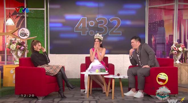 Thời khắc Đỗ Thị Hà đăng quang Hoa hậu, Tiểu Vy đã ghé sát tai đàn em để nói 1 một câu và đến giờ mới được hé lộ - ảnh 1