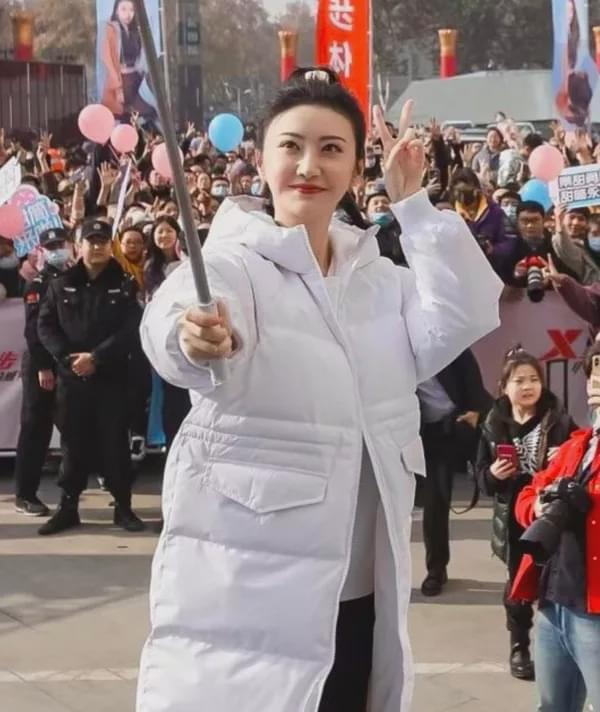 Beijing's First Beauty Jingde is suspected of broken aesthetics, her puffy face and stiff expression condemn them all!  - Photo 2.