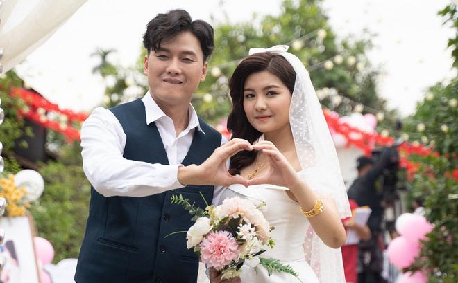Vợ trẻ kém 10 tuổi đến thảm đỏ ủng hộ Quách Ngọc Tuyên ra mắt phim mới, nghe chồng kể chuyện... làm đám cưới với người khác - Ảnh 6.