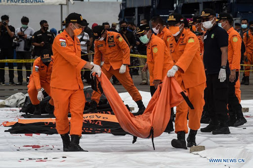 Video ghi lại 15 giây cuối cùng trước khi nổ tung dưới biển của máy bay Indonesia vừa gặp nạn được lan truyền trên MXH, thực hư ra sao? - Ảnh 1.