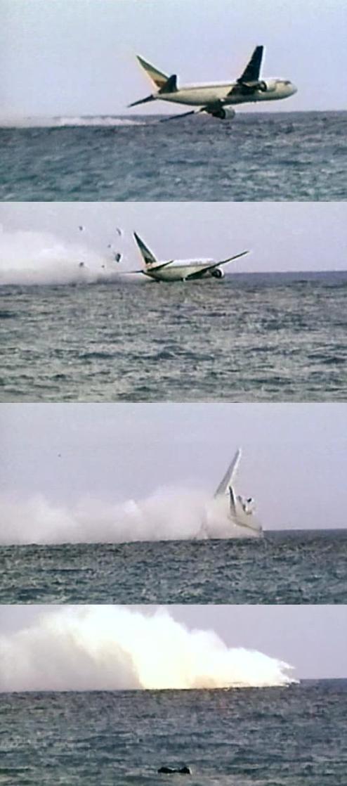 Video ghi lại 15 giây cuối cùng trước khi nổ tung dưới biển của máy bay Indonesia vừa gặp nạn được lan truyền trên MXH, thực hư ra sao? - Ảnh 2.