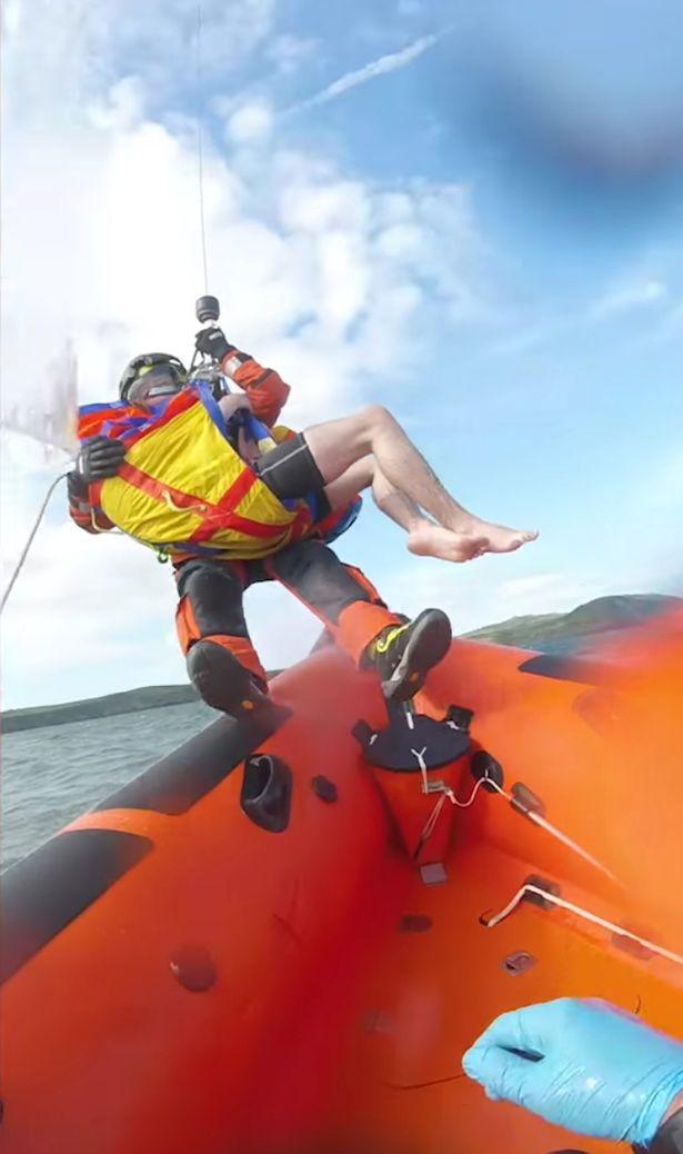 Túi chống nước cho điện thoại giúp chàng trai 17 tuổi thoát chết giữa biển - ảnh 2
