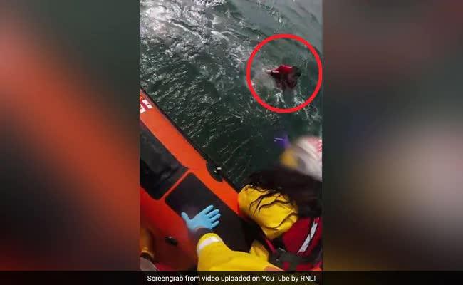 Túi chống nước cho điện thoại giúp chàng trai 17 tuổi thoát chết giữa biển - ảnh 1