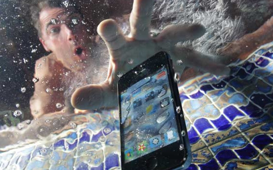 """Đây là những việc bạn phải làm khi điện thoại bị rơi vào nước, tỷ lệ """"sống sót"""" rất cao!"""