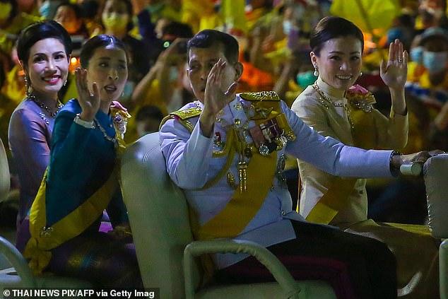 """Sau 4 tháng được phục vị, lần đầu tiên Hoàng quý phi Thái Lan xuất hiện riêng với nhà vua đi thăm lại """"lãnh cung"""" giam giữ mình thời bị phế truất - Ảnh 3."""
