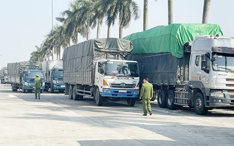Bắt giữ đoàn 14 xe tải chở 300 tấn hàng tiêu dùng lậu từ Quảng Ninh về Hà Nội