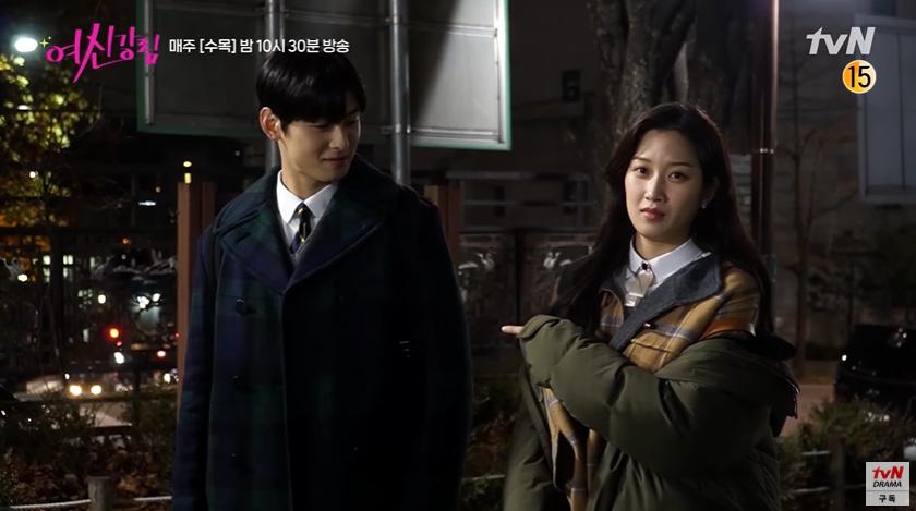 Bad boy Hwang In Yeop ngại ngùng thấy cưng khi đè ngửa ôm ấp Moon Ga Young ở hậu trường True Beauty - Ảnh 3.