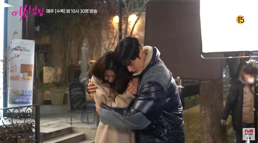 Bad boy Hwang In Yeop ngại ngùng thấy cưng khi đè ngửa ôm ấp Moon Ga Young ở hậu trường True Beauty - Ảnh 5.