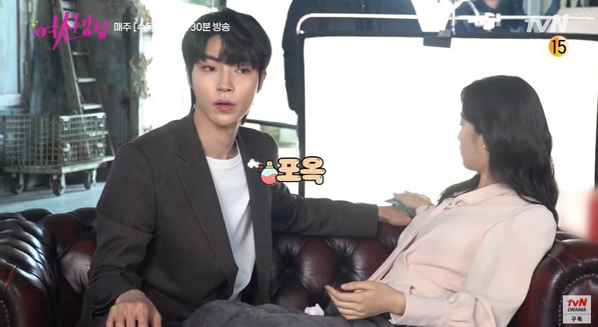 Bad boy Hwang In Yeop ngại ngùng thấy cưng khi đè ngửa ôm ấp Moon Ga Young ở hậu trường True Beauty - Ảnh 7.