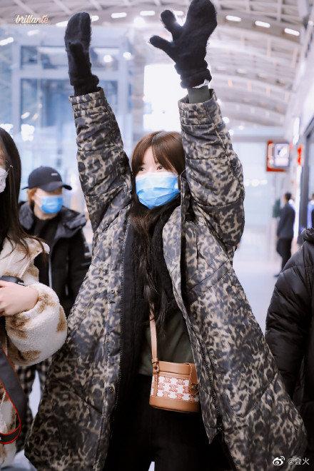 Bức ảnh thị phi nhất Weibo hôm nay: Khiến fan Triệu Lộ Tư và Ngu Thư Hân khẩu chiến dữ dội, Cnet cũng phải bó tay - ảnh 2