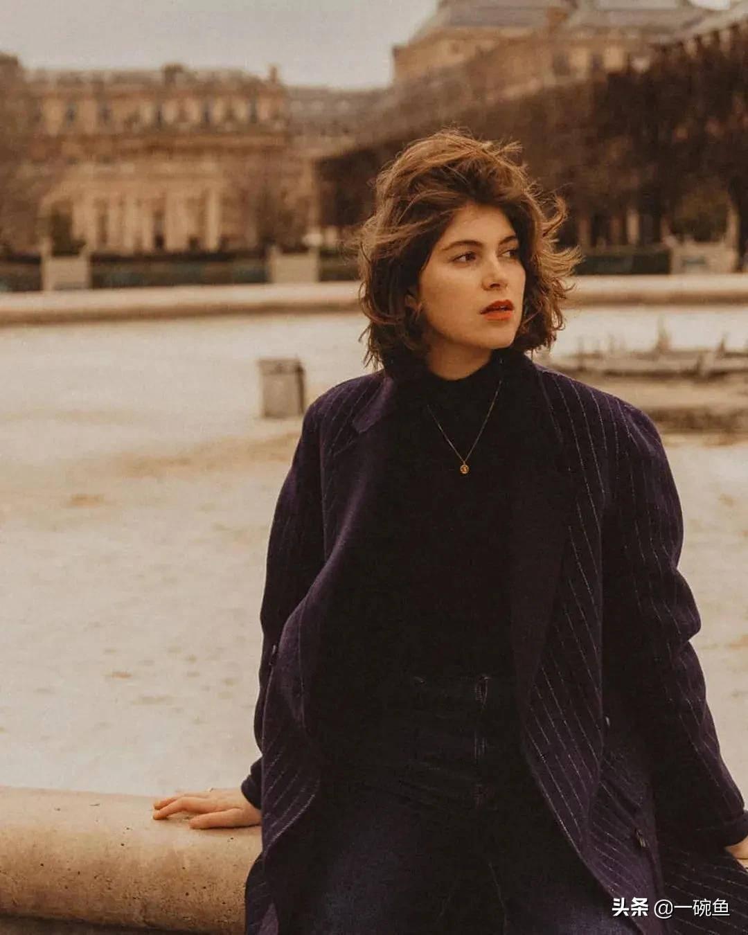 Lười như gái Pháp: Kiểu tóc rối kinh điển nhưng sang ngút ngàn, ai ngắm cũng mê - Ảnh 1.