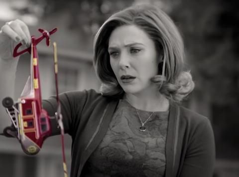 Bóc tất tật các chi tiết chấn động ở WandaVision: Hình ảnh nhỏ réo tên Iron Man đầy đau thương, bóng hình kinh dị ở cuối phim là ai? - Ảnh 7.