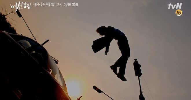 Thấy cảnh tai nạn của Cha Eun Woo ở True Beauty vô lý đùng đùng, netizen trổ tài ghép ảnh nhìn muốn xỉu á! - ảnh 1