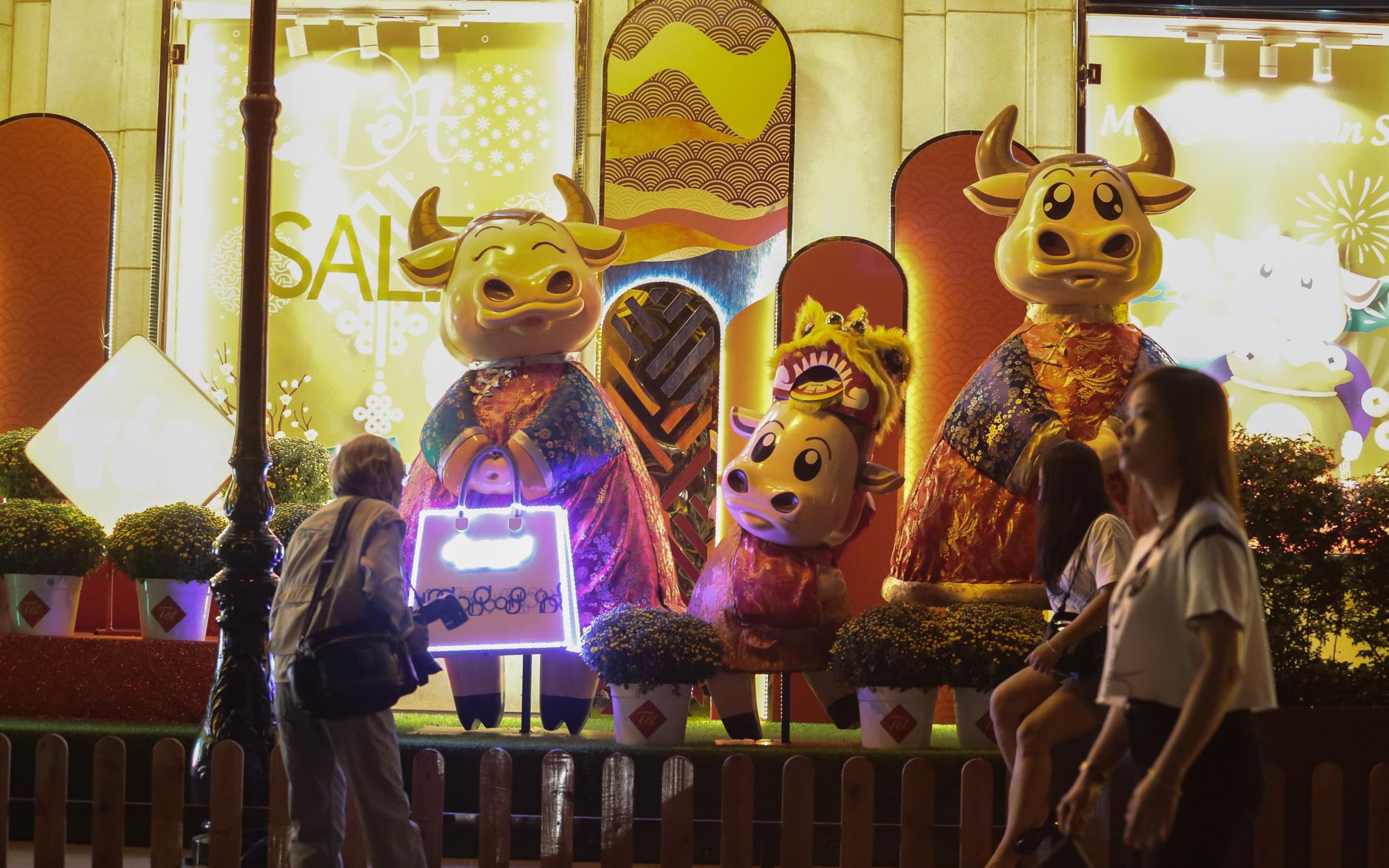 Gia đình trâu ngộ nghĩnh xuống phố Sài Gòn đón Tết Tân Sửu 2021 khiến nhiều người thích thú