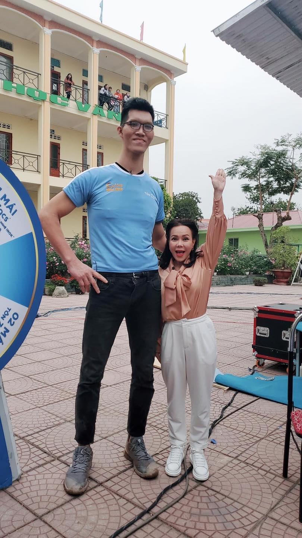 Việt Hương hóa người tí hon khi đọ dáng bên chàng trai cao nhất việt Nam, biểu cảm cực tự tin dù chỉ cao...bằng một nửa - Ảnh 2.