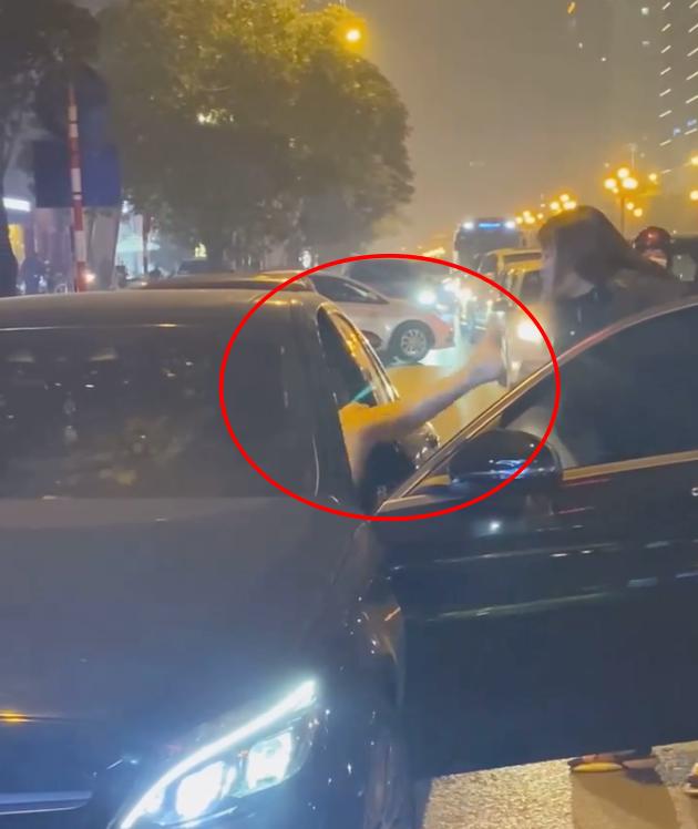 Người phụ nữ chặn xe Mercedes giữa đường phố Hà Nội nghi do bị bạn tốt cướp chồng, cú đá của cô gái trẻ từ ô tô gây chú ý - ảnh 3